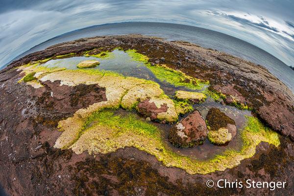 Bijn eb ontstaan langs de rostskust van Arran poelen waarin het zeewater blijft staan.