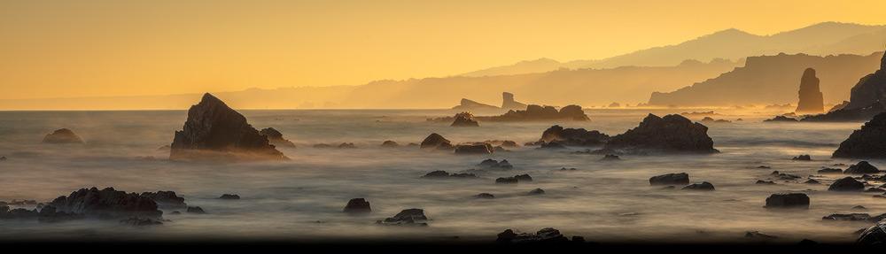 De noord kust van Spanje is woest met ruige rotspartijen waar de oceaan op beukt