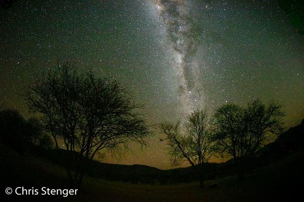 Het droge klimaat van Namibië is ideaal voor het fotograferen van de Melkweg. Deze foto werd gemaakt met een fisheye objectief. Na enig puzzelen kreeg ik de bomen in de voorgrond goed in beeld