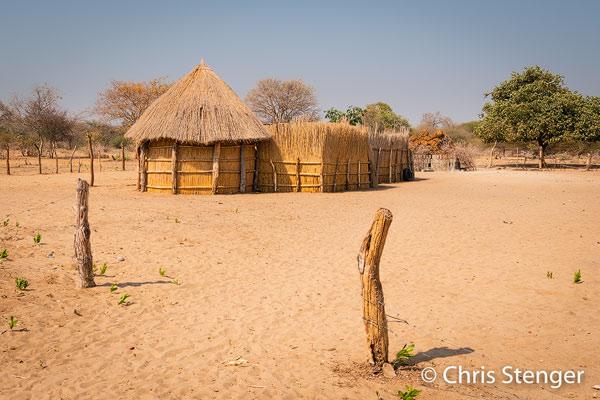 In de omgeving van de Okavango delta kom je overal dit soort woningen tegen. Primitief in onze ogen, maar in het klimaat van Botswana en Namibië speelt het leven zich grotendeels buiten af. Een groter probleem vormt het ontbreken van stromend water en dus zie je voortdurend mensen zeulen met vaten schoon drinkwater die ze halen bij centrale waterpunten.
