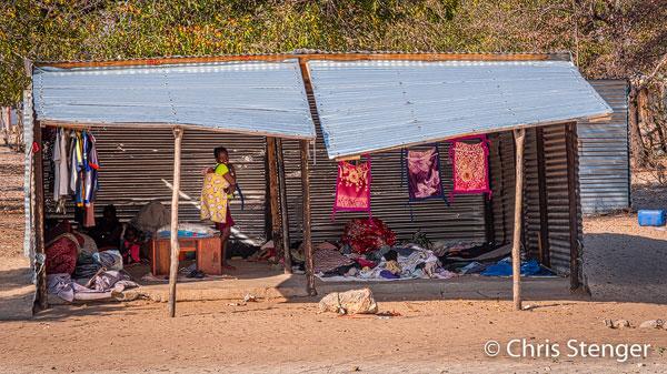 Dit soort winkeltjes tref je overal aan langs de wegen in het noorden van Namibië