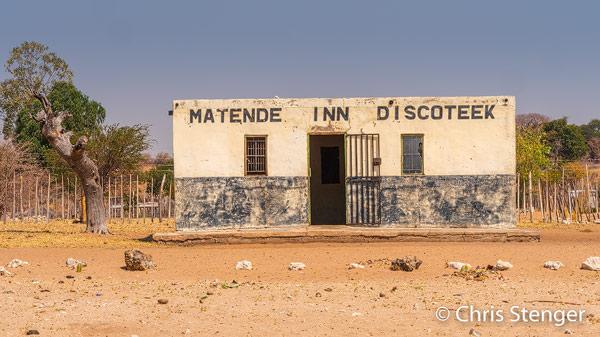 Ook weer zo'n typisch straattafereel uit het noorden van Namibië. Ik heb wel eens een wat luxere discotheek gezien, maar 's avonds zal het er best gezellig zijn!