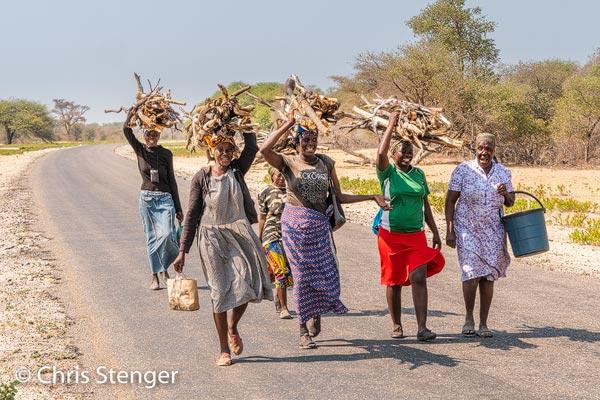 Meestal hebben de mensen in Botswana er geen bezwaar tegen om gefotografeerd te worden. Deze groep zag echter een financieel buitenkansje. Terwijl ik ze fotografeerde kwamen ze money....money...money roepend op mij af. Ze waren verder heel vriendelijk en uiteindelijk heb ik ze maar een briefje van 100 rand (ongeveer 5 euro) gegeven om te verdelen.