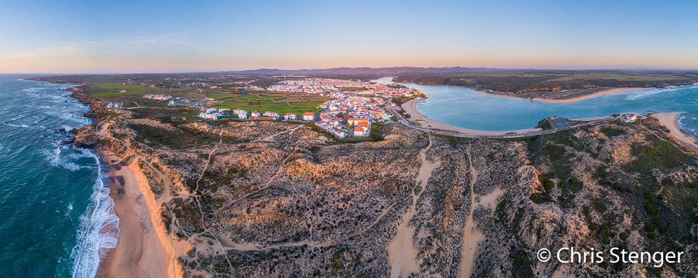 De Portugese kustplaats Vila Nova de Milfontes ligt ingeklemd tussen de atlantische oceaan links en de rivier Mira rechts. Het panorama werd gemaakt met een drone en bestaat uit 14 samengevoegde opnames.