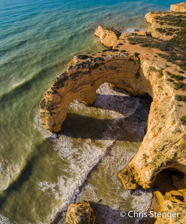 De foto van de zuidkust in Portugal werd gemaakt met een drone een uurtje na zonsopkomst. Het is een verticaal panorama opname van 3 samengevoegde opnames.