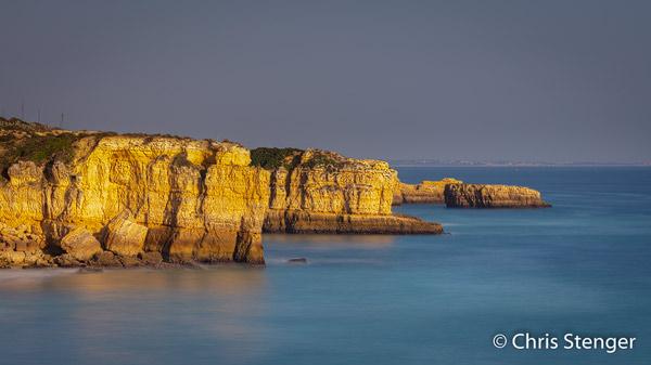 Steile rotskust van de Algarve in de buurt van Armacao in het zuiden van Portugal