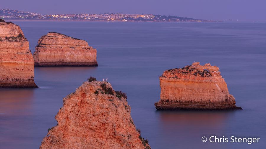Ik maakte deze foto een half uurtje na zonsondergang tijdens het zogenaamde 'blauwe uur'. Op de achtergrond is de plaats Albufeira te zien.