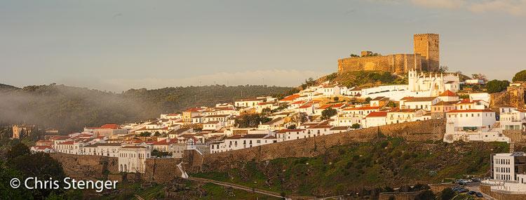 De oude stad Mertola is fraai gelegen op een heuvel aan de oever van de Guadiana rivier