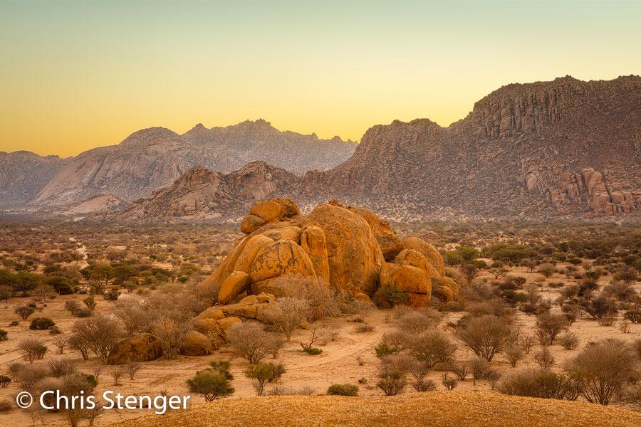 Rond zonsopkomst en zonsondergang komen de fraaie kleuren van het graniet in dit gebergte goed naar voren