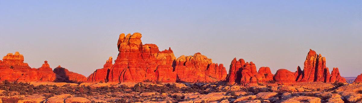 Zuid westen van de USA: Chris Stenger Natuurfotografie, Landschapsfotografie en Reisfotografie. De foto toont een zonsopgnag in het Canyonlands National Park