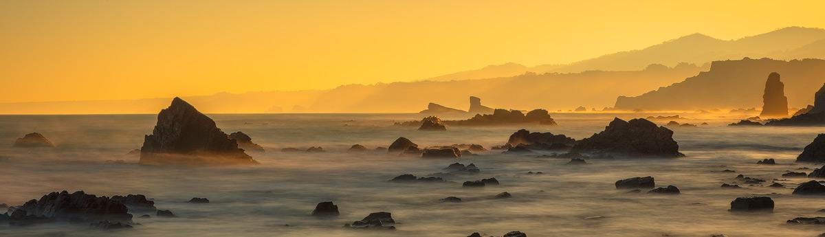 Spanje en Portugal: Chris Stenger Natuurfotografie, Landschapsfotografie en Reisfotografie: foto's van het Iberisch schiereiland. Op deze foto de woeste noord kust van Spanje met ruige rotspartijen waar de oceaan op beukt