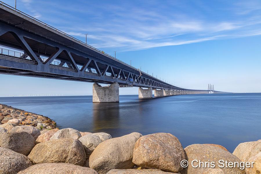 De brug verbindt Denemarken en Zweden al vele jaren en ik gebruikte de brug al vele malen. Tot nog toe had ik de brug echter nog nooit gefotografeerd. Dit jaar dus maar een poging gewaagd, hoewel het licht met die strakblauwe hemel niet echt ideaal is