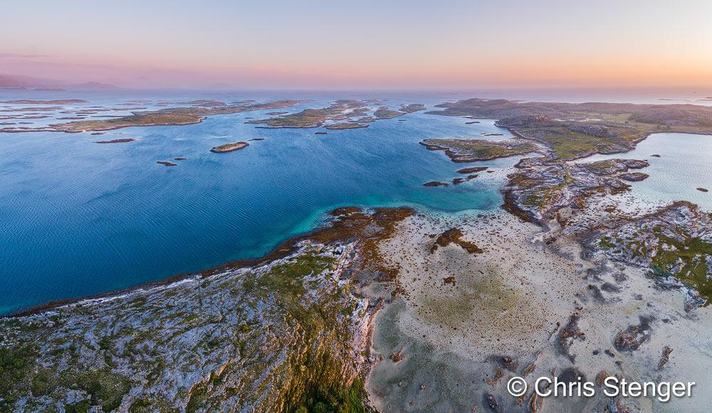 Dit is een samengesteld panorama genomen met de P4P drone net voor zonsondergang. Het waaide flink en ik aarzelde of ik wel zou gaan vliegen. Het landschap met de vele kleine eilandjes in avondlicht was echter te uitdagend en ik besloot het er op te wagen.