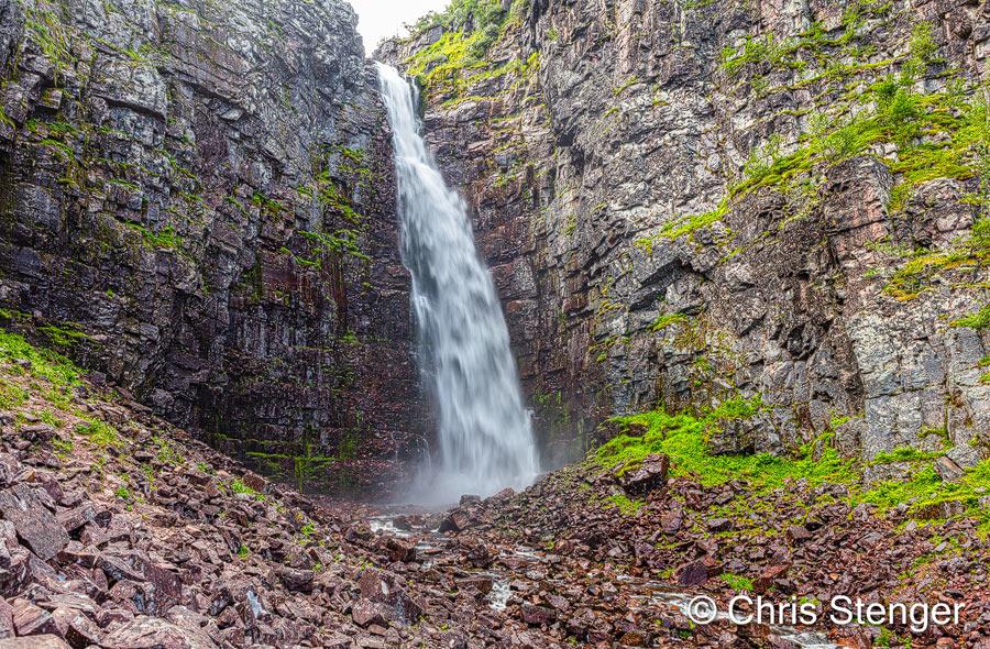 De Njupeskär is niet heel groot, maar omdat het water zo'n 95 meter naar beneden stort in een nauwe kloof is het best spectaculair. Helaas is het in het zomer seizoen een drukte van belang bij de waterval