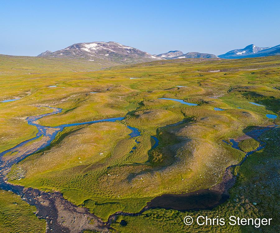 Het patroon van ontelbare meertjes, moerassen en riviertjes op de relatief vlakke hoogvlakte is vooral van boven met een Drone goed te fotograferen