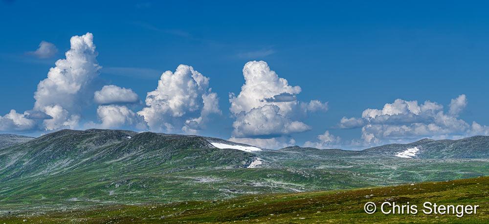 Steeds maar weer stralend weer met strakblauwe luchten. Fijn om te wandelen maar minder geschikt om te fotograferen. Het was dan ook een verademing toen deze stapelwolken ontstonden in het westen aan het eind van de dag.