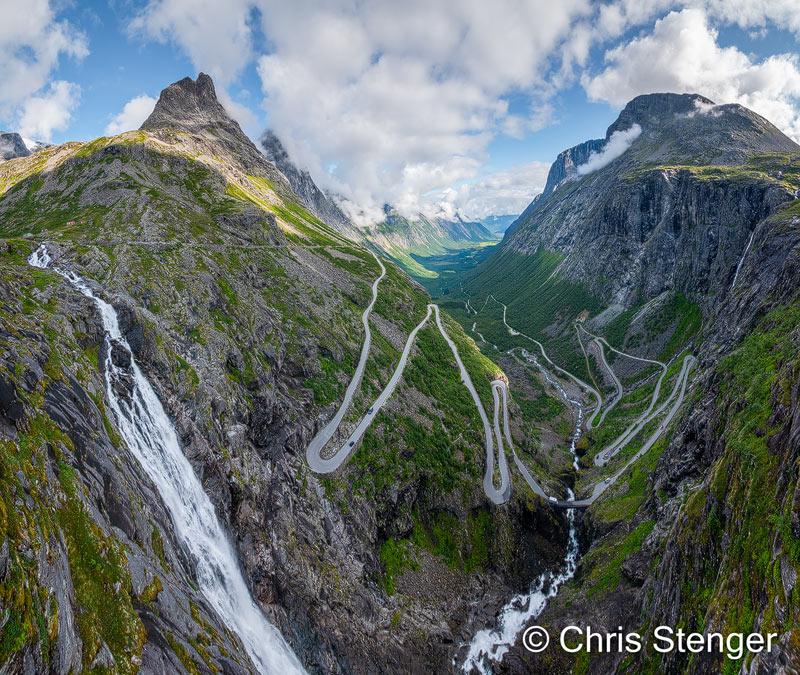"""Een toeristisch hoogtepunt in de buurt van de plaats Andalsnes. Je kan eindeloos kijken naar de auto's die beneden je omhoog kruipen. De foto is een """"gestiched"""" panorama samengesteld uit 6 staande beelden."""
